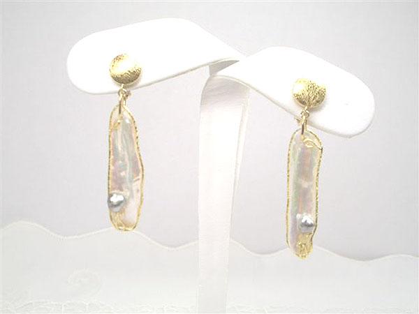 天然真珠ならではのユニークな形!K18淡水真珠(ドラゴン)黒蝶ケシ付きイヤリング   ギフト プレゼント