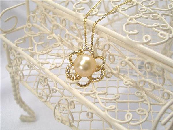 目を惹く美しいゴールド色♪K18スライド式ダイヤ入り白蝶パールペンダントネックレス(ゴールドナチュラルカラー)   ギフト プレゼント