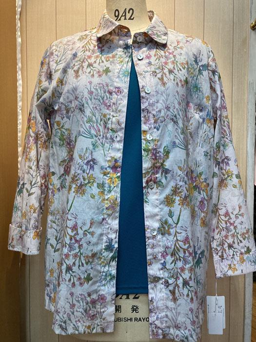 綿100% 両脇 袖にそれぞれスリットがあります 淡いピンク地 白に近い にピンク系を主体とした花柄のプリントが清楚さを醸し出しています 新品未使用正規品 ミセスファッション AL完売しました ブラウス トップス 前開き 50代 60代 ゆったり 大きいサイズ 40代 ふくよか 9,800円の品 ジャケット長袖