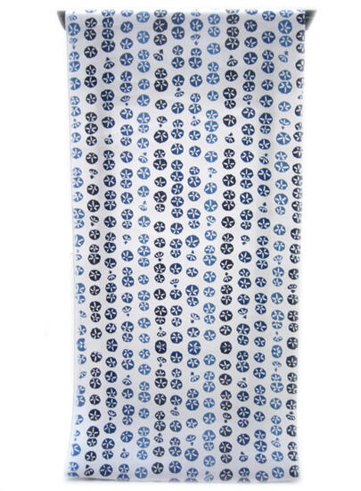 :::: 伝 統 の 注 染 ゆ か た ::::清涼感あふれる純白の木綿に   瑠璃色から紺青色へ 縞模様に並ぶ小朝顔柄(反物)◇ お仕立て(国内手縫い)¥11,000(税別)で承ります。