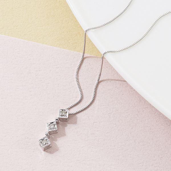 K18ホワイトゴールドダイヤモンドスリーストーンペンダント(日本製 ジュエリー・アクセサリー)(内祝い 結婚内祝い 出産内祝い 新築祝い 就職祝い 結婚祝い 父の日ギフト 入学祝い 引き出物 お返し)