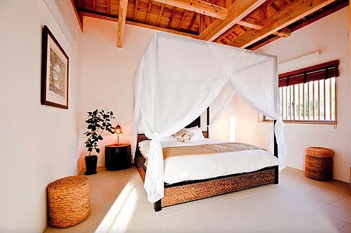 アジアンテイストの天蓋ベッド