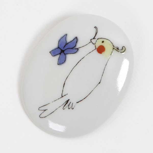 あらかじめ印刷された文様をシールのように貼付け焼成し、製品を量産する技術を活かして、独特の表現で作られたブローチです。【店頭受取対応商品】 KUTANI SEAL(クタニシール) Bird's Brooch 小鳥のブローチ「オカメインコ」
