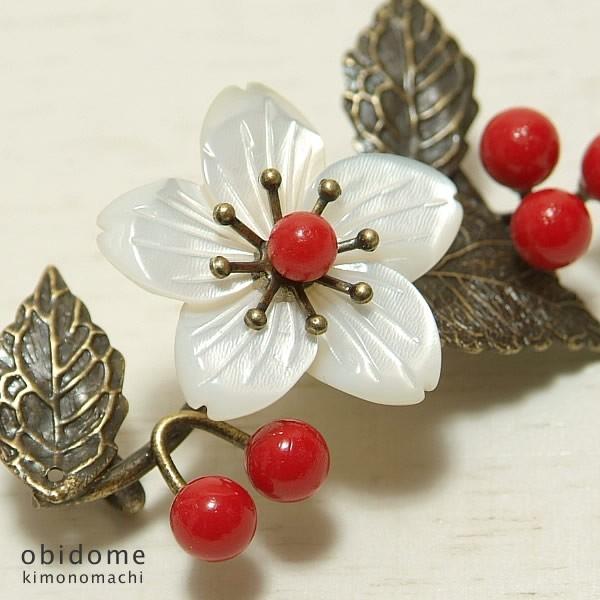帯留め螺鈿 桜と赤い実 迎春お正月ギフトプレゼントに