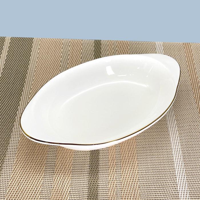シンプルな耳付きの楕円のグラタン皿です ニューボン製の生地で純白ではなく 高級感のある白色をしています 安売り ホワイト ボート グラタン 21.5cm 激安 金線有り 白 ニューボン 電子レンジOK オーブン 美濃焼 おしゃれ 洋食器 日本製 かわいい 楕円 陶器