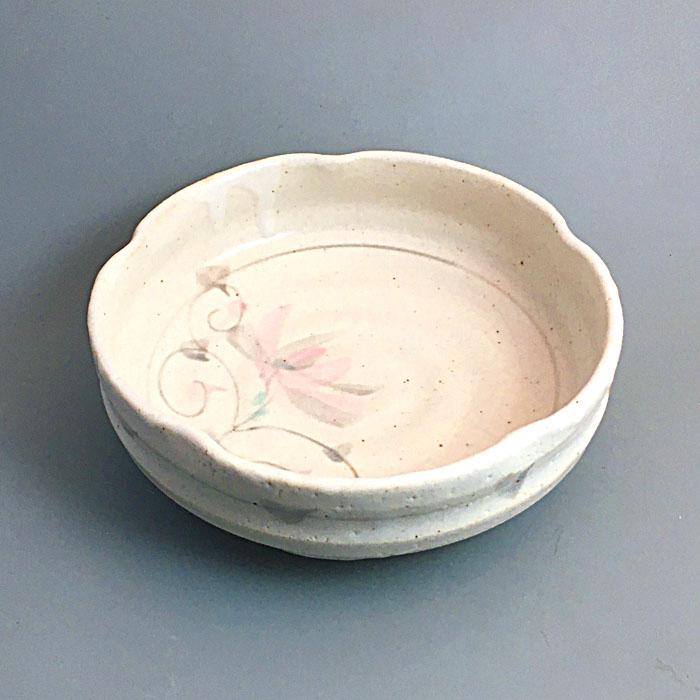 白志野の釉薬に菊の絵柄を筆で描きました 志野菊唐草盛鉢 美濃焼 食器 倉庫 伝統 菓子器 日本製 和食器 盛鉢 志野 陶器 器 手描き 選択