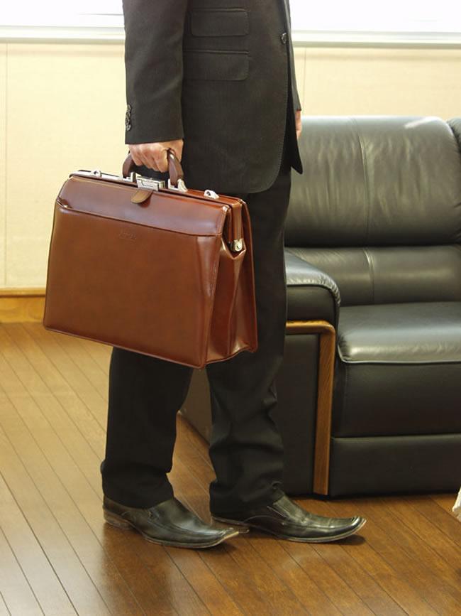 在日本豊敢于大医生袋皮革皮革黑色挎包 A4 大小 41 厘米木手柄杜勒斯波士顿商务手提包公文包男士男人男人袋、 箱包、 袋、 袋黑色