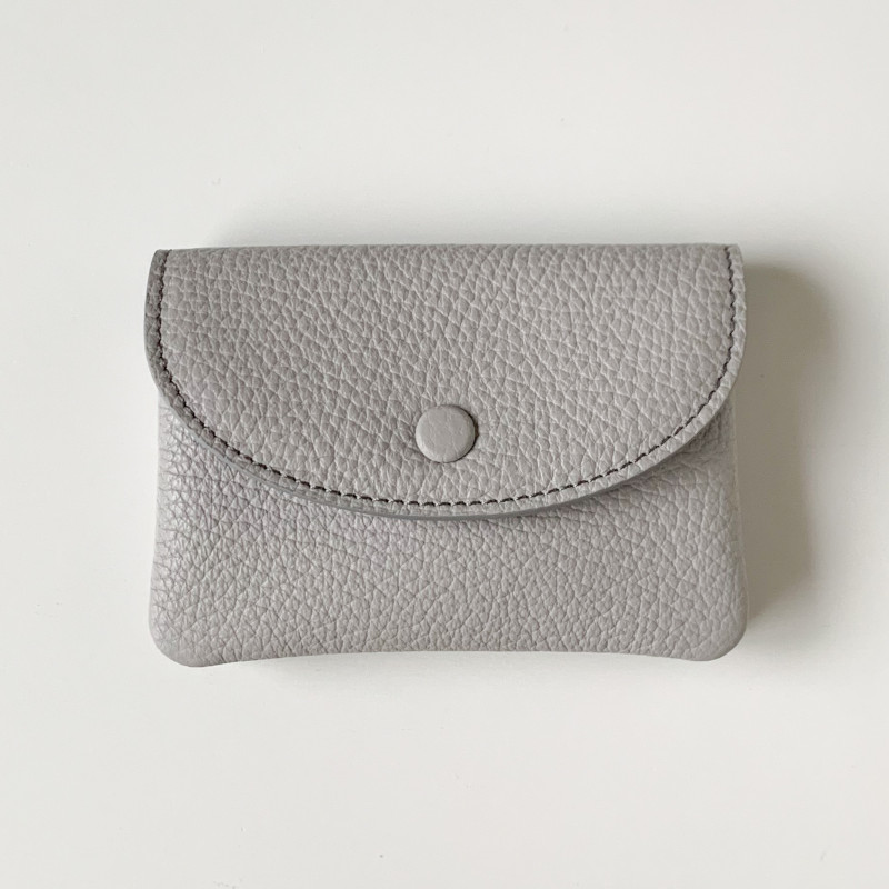 【nest 別注カラー】STUDIO LA CAUSE シュリンクレザー 内縫いフラップ カード&コインケース/ミニ財布 ライトグレー 日本製