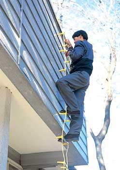 もしもの時に!避難用アルミ縄はしご 8m
