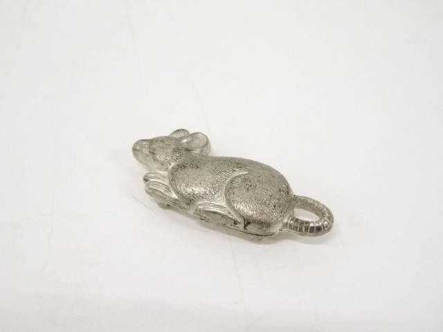 銀製彫金鼠彫帯留