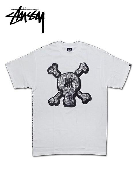 """【送料無料】【あす楽対応】【メンズ Tシャツ・ホワイト】Stussyステューシー【M】【UNDEFEATED SKULL TEE】""""ステューシー×アンディフィーテッドコラボスカルTシャツ"""""""