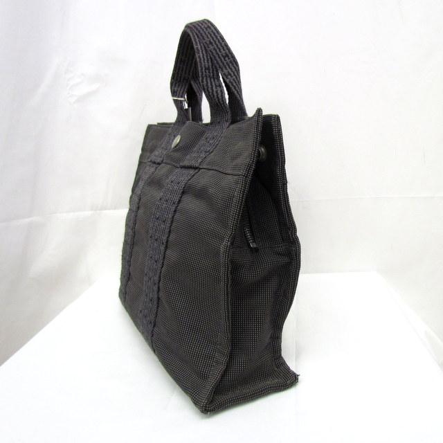 a0fb10552696 人気のトートバッグです。サブバッグとしても使いやすい大きさです。 持ち手に変色が有、スナップボタンにくすみがございます。  内側には底面にしみ汚れが数ヶ所見 ...
