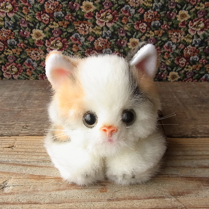 【こねこのミーヤ ミケ 伏せ】日本製リアルな猫のぬいぐるみ