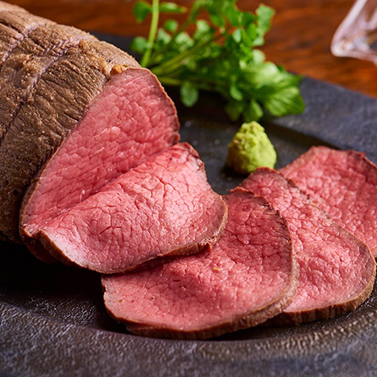 熟成牛 熟成ローストビーフ 500g 生わさび 特製ソース付き 風呂敷包み さの萬牛 お祝い グルメ 国産 モモ肉 株式会社さの萬 静岡県