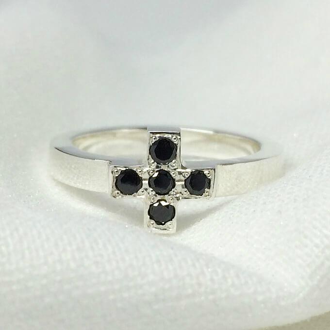 クロスモチーフのリング(プラチナシルバー&ブラックダイヤ) シルバーリング シンプル きれいめ プラチナ