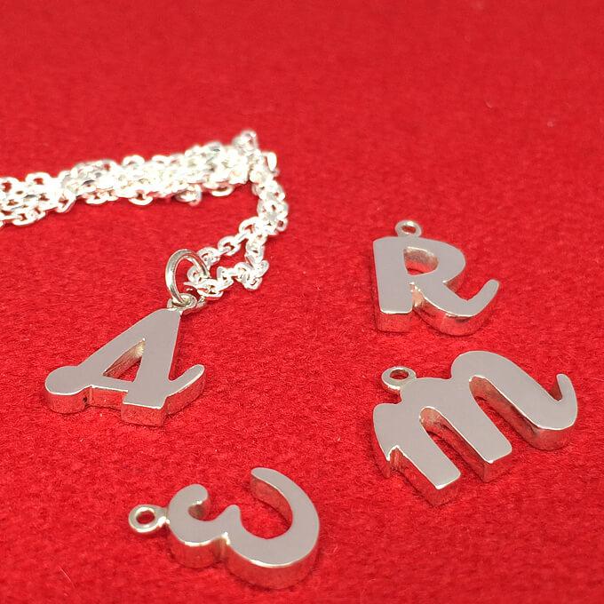 ハンドメイドの筆記体イニシャルネックレス 可愛い ネーム 小文字 大文字 アクセサリー 一点もの 女性 レディース プレゼント プチギフト 誕生日 クリスマス 記念日 母の日