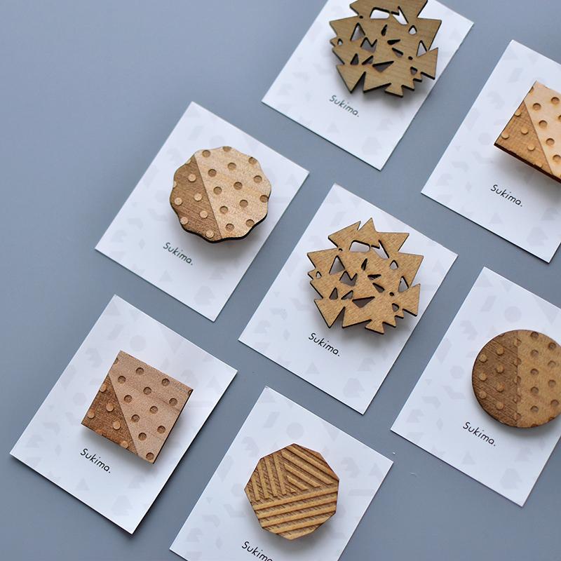 [メール便 送料無料] Sukima./木製ブローチ スキマ 天然木 アクセサリー ナチュラル 日本製 かわいい おしゃれ シンプル ワンポイント クリックポストP