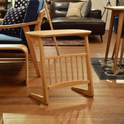 サイドテーブル ナチュラル 丸みのある天板 コンパクトなサイドテーブル ソファ横に 雑誌も収納可能 マガジン収納付き 大きめ