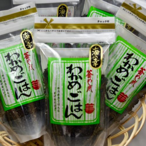 ホカホカご飯に混ぜるだけ おにぎりはもちろん 焼き飯 五目ご飯 お茶漬け 吸い物など何にでも使える万能わかめ 日本製 今だけスーパーセール限定 釜めし風 使い方は自由自在です 140g わかめごはん 海の幸