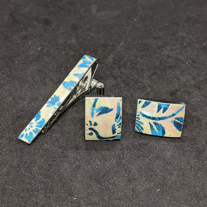 着物職人手作り 高品質 お洒落 ネクタイピン カフスボタンセット 更紗小紋 本あわび白螺鈿 水色ダイヤ箔使用