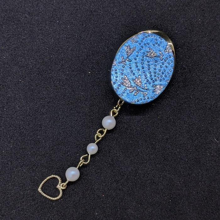 着物職人手作り スカーフ留め:新橋色箔に鮫更紗小紋 銀ダイヤ箔使用 贈物 海外輸入