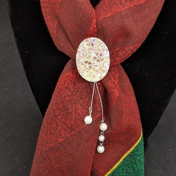 伝統工芸士が手掛ける一点もの 高級感のある 日常にラグジュアリーを プレゼントに最適 金彩工芸 ひとつひとつ心を込めて作っています スカーフ留め 送料無料 京都 着物職人 手作り 本あわび 白螺鈿 桜鮫更紗小紋 薄赤ダイヤ箔仕様 お出かけ用 ラグジュアリー 母の日 プレゼント 誕生日プレゼント おしゃれ 安心の定価販売 ギフト 珍しい 日本製 ギフト用 クリスマスプレゼント ギフト対応 一点もの 和 上品 レディース ※アウトレット品