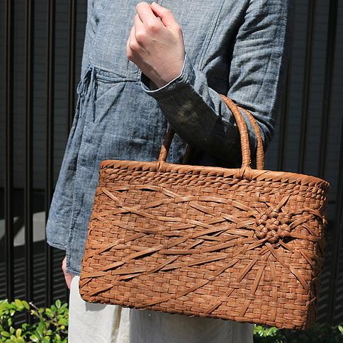 山葡萄かごバッグ(W34xD12xH21cm)【tsunagu-032】手紡ぎ、草木染の手織り布を使用した巾着セット(やまぶどう、山ぶどう) 特典:コースター2枚付き/籠バッグ/送料無料