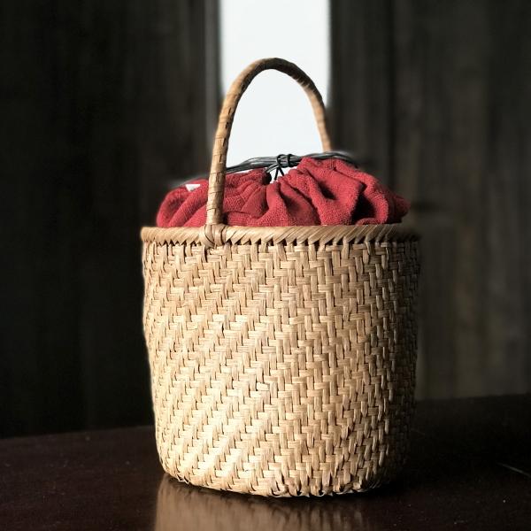 軽くて丈夫なやまぶどう手編み籠バックと巾着セット【山葡萄かごバック(W25×D18×H21) tsunagu-055 バケツ型】手紡ぎ、草木染の手織り布を使用した巾着セット(やまぶどう、山ぶどう) 特典:ハンドルカバー付き/カゴバッグ/送料無料