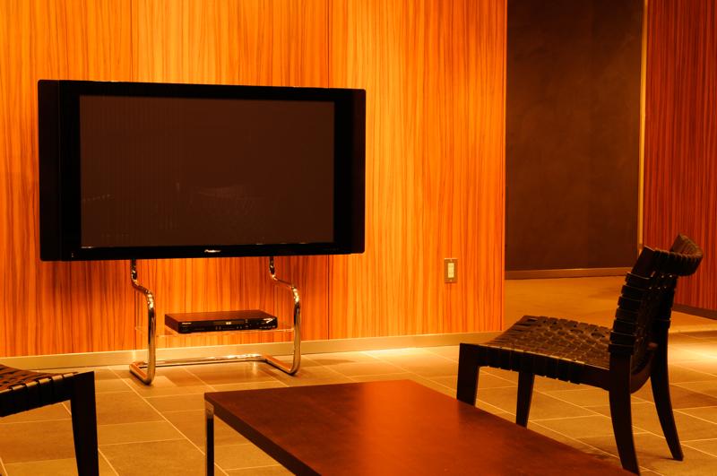 初期型ザイトガイスト フロアスタンドメタルテレビスタンド FSM[Floor Stand Metal][ステンレススチールパイプ 研磨仕上げ][34~60型の薄型テレビ用][テーブル付][ケーブルはパイプ内配線可能][壁寄せ可能][お客様組立]オフィス,SOHO,リビング,パブリックスペース向け