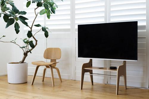 ザイトガイスト製 フロアスタンドウッド FSW[Floor Stand Wood][素材:プライウッド、オークフィニッシュ][40~60型の薄型テレビ用][耐荷重:40kg][テーブル付][スリット内にケーブル配線可能][壁寄せ可能][お客様組立][オフィス,SOHO,リビング,パブリックスペース向け