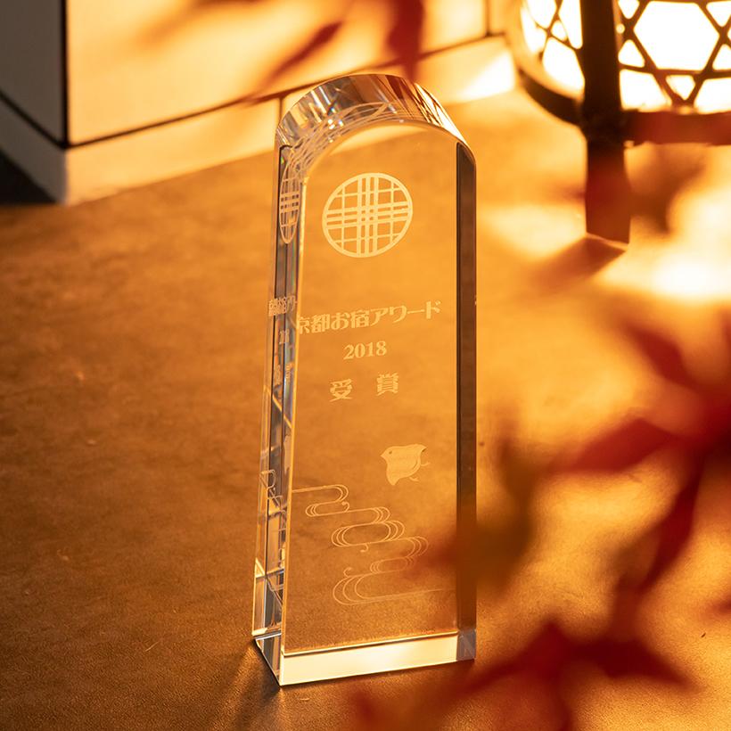 シンプルなデザインのトロフィー型クリスタル タイトル 賞 名前 ロゴなどをまとまりよく配置できます 送料無料 Lサイズ トロフィー クリスタル ガラス 贈物 驚きの値段 加工費込 サイズ 表彰楯 OGT-010 L 表彰状 クリスタル楯 記念品 名入れ