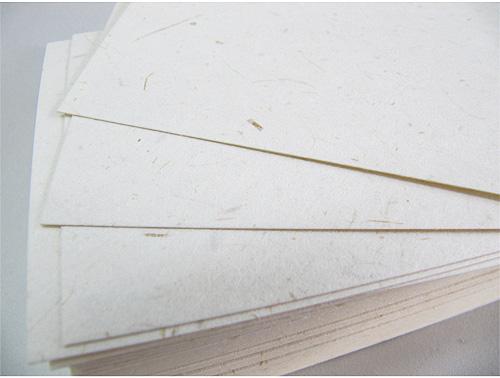 月桃紙 名刺台紙 100枚入り 月桃の繊維が浮き出たナチュラルな素材感がお洒落な名刺用紙です!日本月桃 オリジナル | 沖縄 げっとう ビジネス めいし 独特 風合い 風味 和紙 和風 素材 繊維 特徴