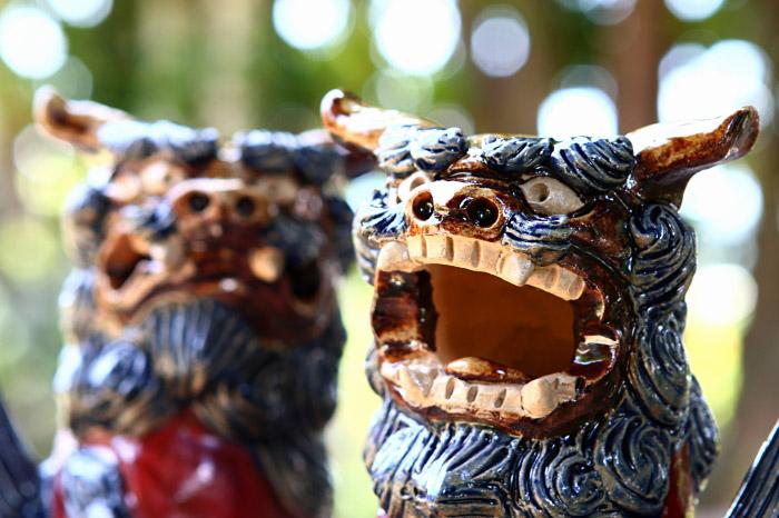 [工芸品]沖縄陶器やちむんのシーサー[一点物・年間製作数30対]/幸せの玉を抱えている福シーサー[風水グッズ・縁起物[楽ギフ_包装]