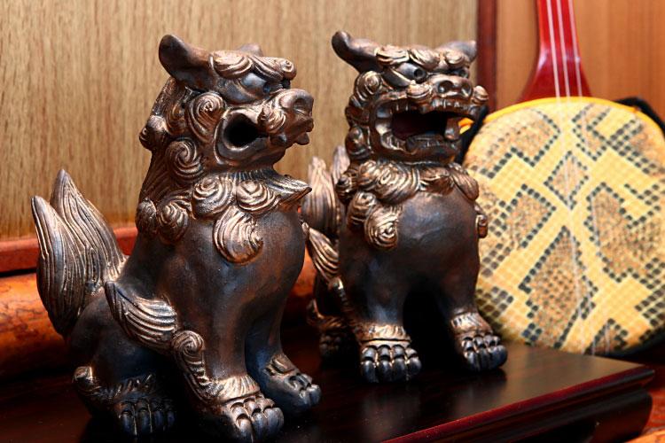 シーサー 置物 玄関 [一点もの][工芸品]沖縄陶器の味わいの黒色と高級感ある金色の融合、窯の力でじっくり焼き上げました。[年間製作数30対][黒陶黄金色シーサー]S-131