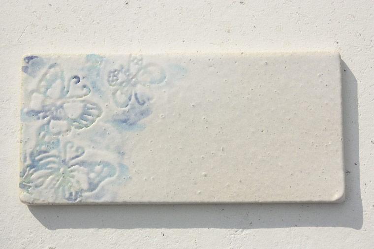 紅型表札[送料無料]沖縄陶器やちむんの表札[J-10]陶器・蝶柄