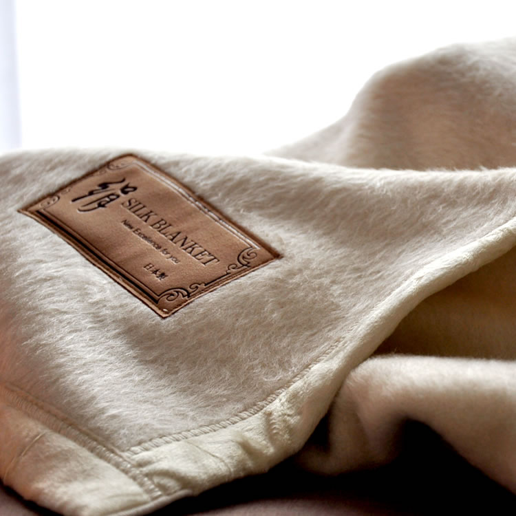 シルク毛布 シングルサイズ 目付けたっぷりタイプ・国産品 吸湿性・発散性がいい天然素材シルクを贅沢に使ったシルク毛布 人間の肌に最も近い組成(18種類のアミノ酸)から出来ており肌に違和感の無い優しい繊維