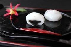 期間限定の激安セール 最高の 秋田米 と厳選された ゴマ セキト だまこ餅 を使用した生菓子です 贈呈