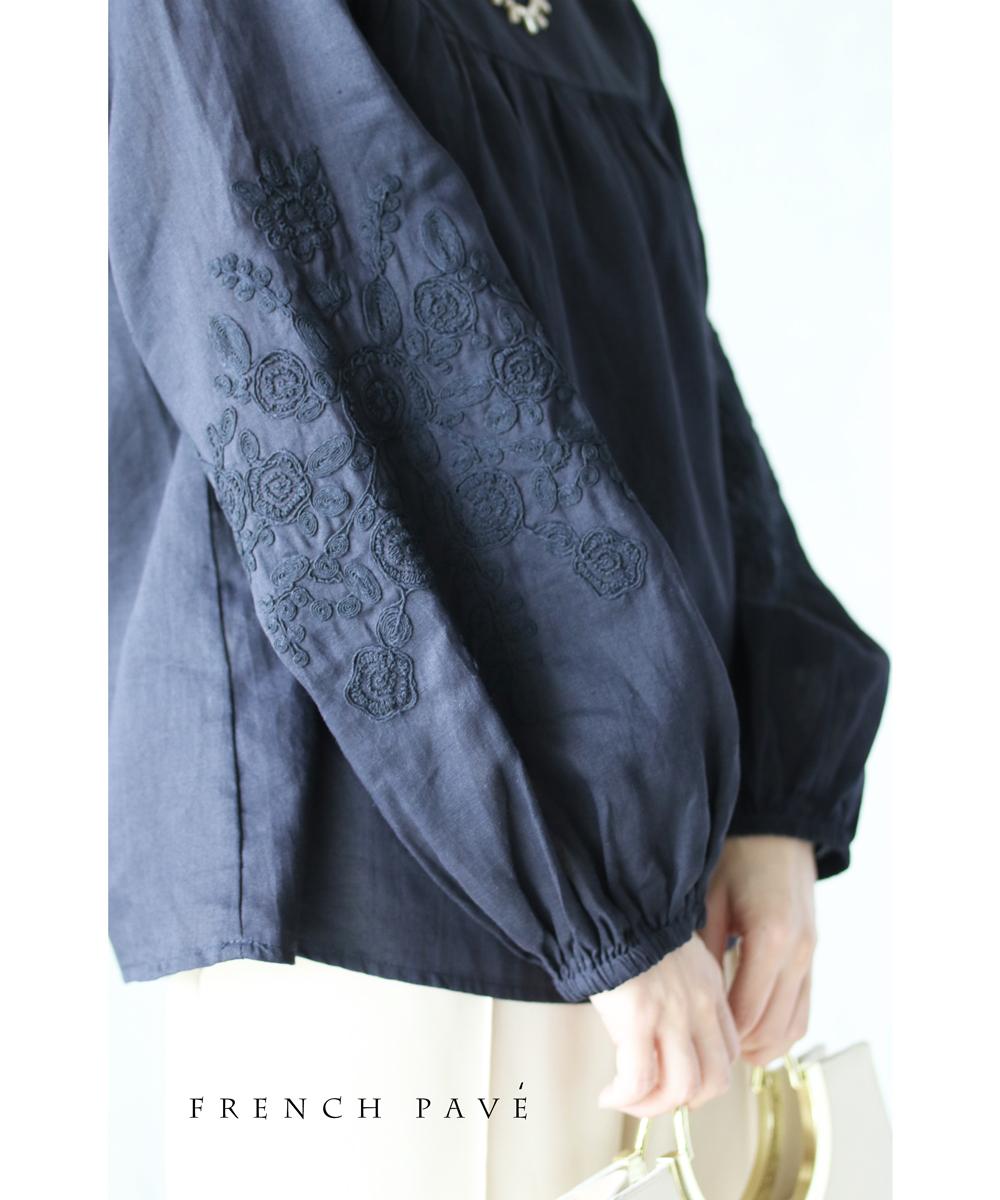 (S~L対応)【再入荷♪8月4日12時&22時より】(ネイビー)「FRENCH PAVE」袖に施したほっこり愛らしい花刺繍ブラウストップス