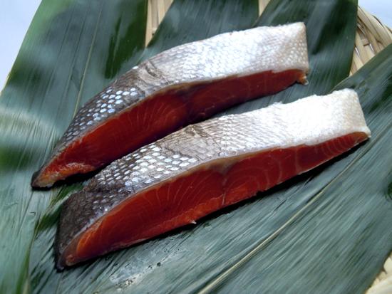予約 大辛の紅鮭 冷凍冷蔵 約100g×2切 築地からの仲卸商3代目が豊洲市場よりお届けします 焼き上げると塩を吹く 豪華な 塩鮭 昔ながらの塩辛さ シャケ しゃけ