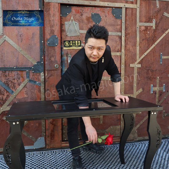 硬いガラスを腕が貫通 出群 グラススルーイリュージョン テーブル~Glass バースデー 記念日 ギフト 贈物 お勧め 通販 Thru Table~ Illusiion