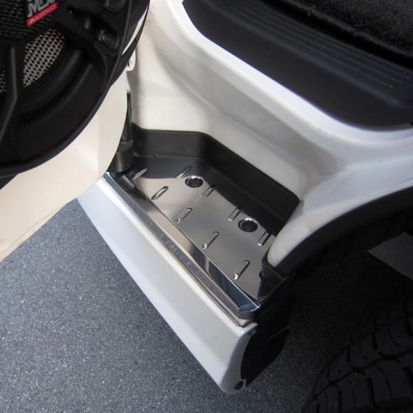 ステンレス製 フロントステッププレート 左右セット 200系 ハイエース 1型 2型 3型 4型 前期 後期(5型)ナロー ワイド対応 メッキ仕様 踏面 メタリック 取付簡単 加工不要