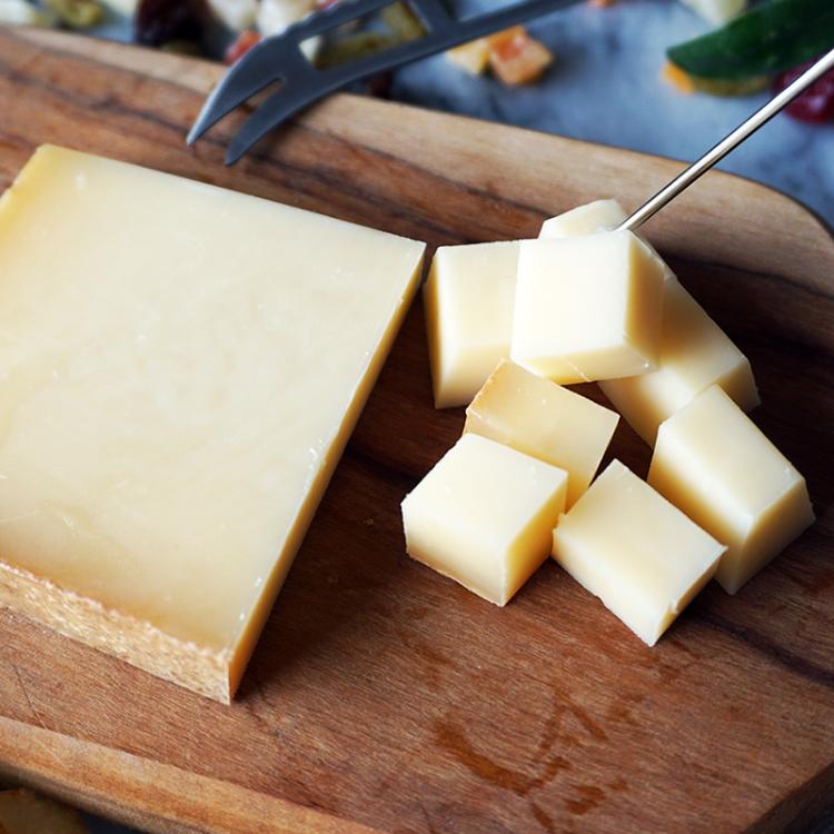 3大「山のチーズ」のひとつ、芳醇な香りと甘味、栗のようなコクのある上品な味わい、無殺菌乳使用 ハード セミハード チーズ ボーフォール 80g AOP 5ヶ月以上熟成 フランス 産 毎週水・金曜日発送