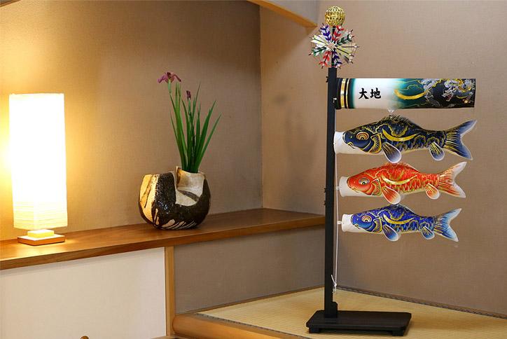 【お届けまで約二週間 送料無料】室内飾り鯉のぼり 金彩弦月之鯉「豪 ごう」《127-011》