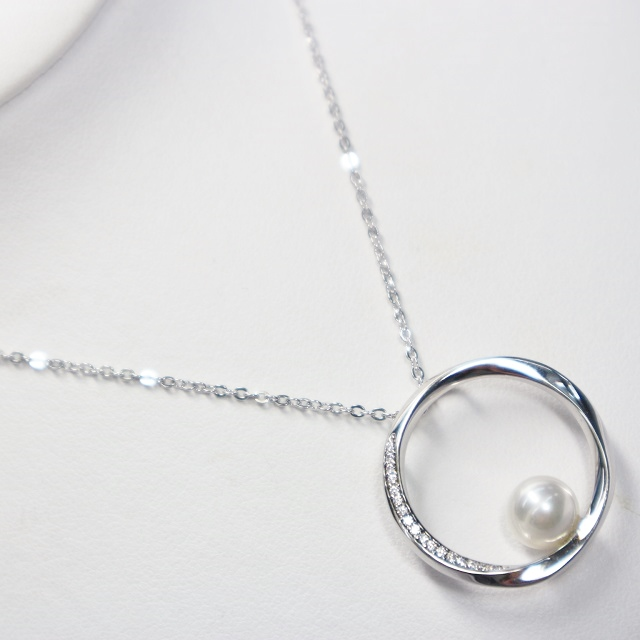 テリの強い7.5mmの伊勢志摩産アコヤパールを一粒 絆や永遠を意味するサークルモチーフにジルコニアをあしらい アコヤパールが輝く上品なペンダントに仕上げました 伊勢志摩産本真珠使用 アコヤパールペンダント 40%OFFの激安セール 7.5mm珠 真珠 本真珠 海外輸入 あこや真珠 絆 デイリーファッション パーティー アクセサリー アコヤパール パール ペンダント 永遠 カジュアル