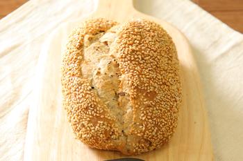 アンチエイジング(若返り)が期待され、美肌効果もあると言われるゴマを使った健康ぱん。 香ばしゴマ お取り寄せ 美味しい パン お取り寄せグルメ テレビ 美味しいパン -パン工房カワ-