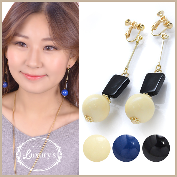 Earrings monotone volume overswinging ball Lady's overswinging big soapberry size pretty blue-black blue black and white wedding ceremony handicraft charm parts Luxury's where I hang, and an adult monotone volume swing motif is pretty which decides it, a