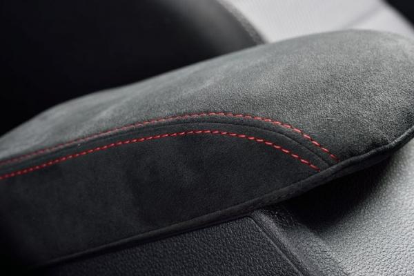 VW NEW BEETLE | 内装パーツ / その他【エムプラス】Beetle Alcantara アームレストカバー ブラック×レッド