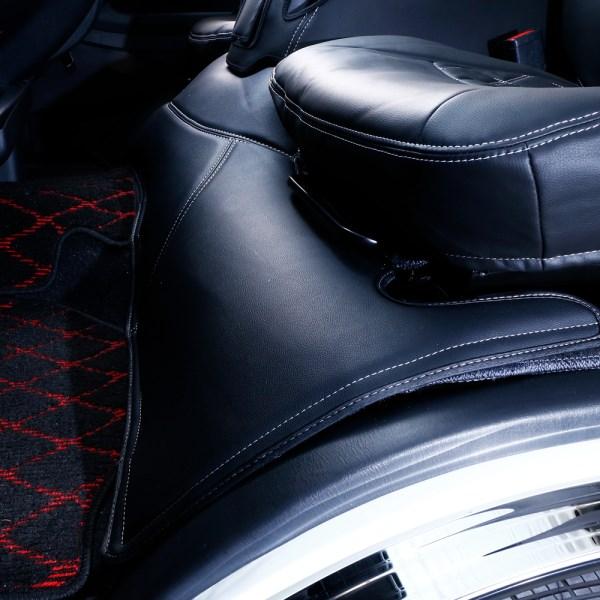 200 ハイエース | フロアマット【ルナインターナショナル】ハイエース 200系 1-4型前期 標準ボディ フロントデッキカバー ブラックレザー×ホワイトステッチ