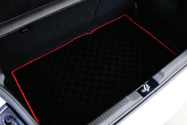 スイフトスポーツ ZC33S | トランクマット/ラゲッジマット【テイクオフ】スイフトスポーツ ZC33S ラゲッジマット 生地カラー:レッド チェッカータイプ