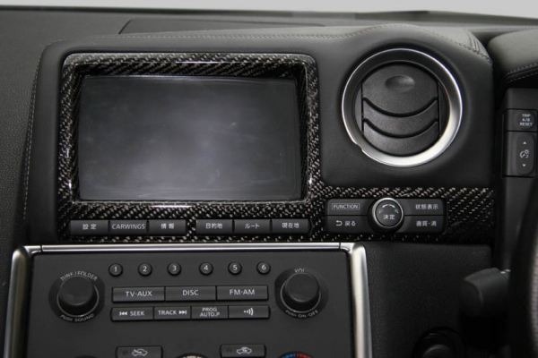 GT-R R35 | インテリアパネル【アールエスダブリュ】GT-R R35 モニターパネル 後期 綾織ブラックカーボン製 (メーカーデュポンクリア塗装仕上げ)